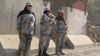 پر افغان پولیسو د دود سیوری، ۱۱۵ سړي خو یوه پوله ساتې پولیسه