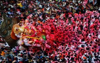 Hindu tanrısı Ganeşa'nın heykeli, Mumbai kentinde 10 gün süren Ganeşa Chaturthi festivalinin son gününde sokaklarda gezdiriliyor.