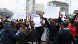 Policemen attempt to control protesters over distribution of wealth in Addis Ababa, 6 August 2016