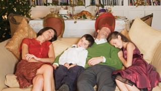 koltukta uyuyan aile