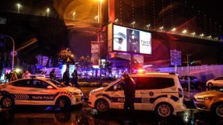 территория около клуба Reina, полицейские машины