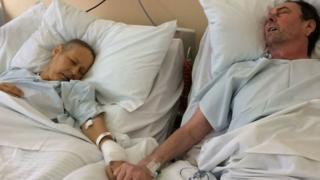 Julie e Mike Bennet de mãos dadas no hospital