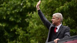 Arsène Wenger, du haut d'un bus, en 2015, à l'occasion d'une parade suite à leur victoire en coupe d'Angleterre