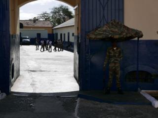 Adada okula gitmek kadar önemli görülen bir konu da 18 yaşına gelen erkekler için zorunlu olan askerlik. Ülke Guinea Bissau ile birlikte Portekiz'e karşı verdikleri bağımsızlık mücadelesini gururla hatırlıyor.