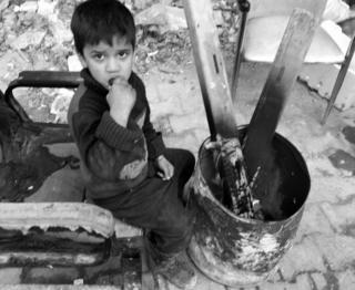 पूर्वी अलेप्पोमा एक बालक काँक्रो खाँदै अनि आगो ताप्दै