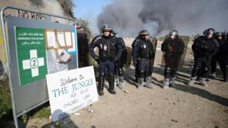 Fransz Polisi Calais kampı önünde