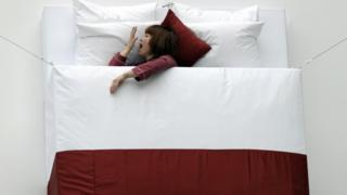 Yatakta yatan bir kadın