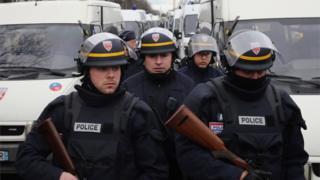 يزعم كتاب أن 16 شرطيا على الأقل إنضموا لما يعرف بتنظيم الدولة الإسلامية.