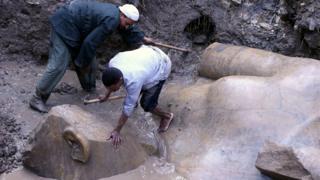 Los restos de la estatua