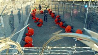 Talibanes y al-Qaeda en una zona de espera en el Campo de Rayos X en la Bahía de Guantánamo en enero de 2002 Taliban and al Qaeda detainees in a holding area at Camp X-Ray at Guantanamo Bay in January 2002