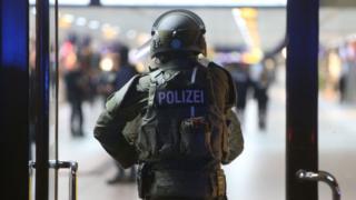 полиция на вокзале Дюссельдорфа