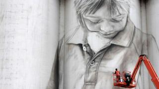 Coonalpyn, Güney Avustralya'daki bir siloya çizilen portre.