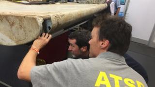 کارشناسان سازمان ایمنی حمل و نقل استرالیا باله هواپیما را در کانبرا معاینه می کنند