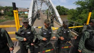 Members of the National Venezuelan Guard (GNB) stand guard at the border between Venezuela and Colombia at international bridge Union that remains closed in La Fria, Venezuela, 21 August 2015.