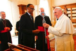 Papa Francis akiwa na Rais Kagame Vatican