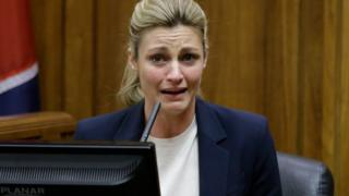 法廷で泣きながら証言したアンドリュース記者