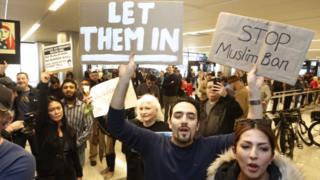 米国各地の空港では入国制限への抗議が続いている