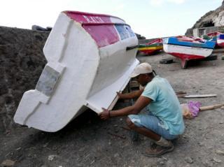 Balıkçıların tek sorunu yabancı trol gemileri değil. Ülkenin en batısındaki Santo Antao adasının açıklarındaki kayalıklı sahil ve dev dalgalar gemiler için tehlike yaratıyor.