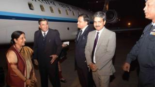Indian Foreign Minister Sushma Swaraj (L) is greeted by Indian and Pakistani officials upon her arrival at the military Nur Khan airbase in Rawalpindi on December 8, 2015