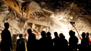 ペスカラ・デル・トロント村ではほぼすべての住宅が倒壊した。写真は夜を徹して続く捜索作業