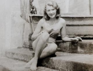 By 1934 Mary Anne MacLeod had become a glamorous New Yorker. This photo, was taken on the steps of a Long Island swimming pool