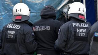 大みそかのケルン駅で起きた集団暴行事件に対する警察の対応が批判されている。写真は、事件に抗議する人を制止する警察(9日)