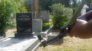 Armed guard next to Lasantha Wickrematunge's grave in Colombo (26 Sept 2016)