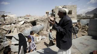 Man shouts for help after Saudi-led air strike in Sanaa (15/02/16)