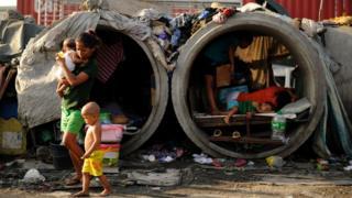 菲律賓窮人以首都馬尼拉街頭的水泥管道為棲息之地。