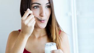 Los expertos concuerdan que comer yogurt es saludable.