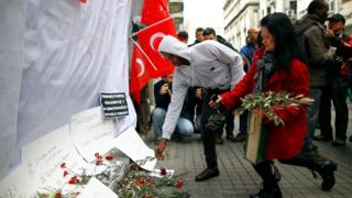 People leave olive branches at the explosion site in Istanbul, 20 March 2016.