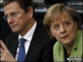 German Chancellor Angela Merkel (r) and Foreign Minister Guido Westerwelle in parliament, 21 May 2010