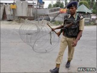 Indian policeman in Srinagar