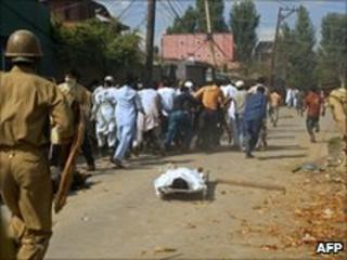 Paramilitary police clash with protesters in Srinagar