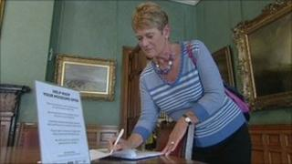 Museum visitor signs petition
