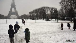 Children play in snow near Eiffel Tower (8 Dec 2010)