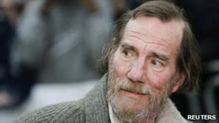 Pete Postlethwaite arrives for a movie premiere in London in 2009
