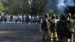 Pro-Telangana protestors clash with police on 6 January 2010