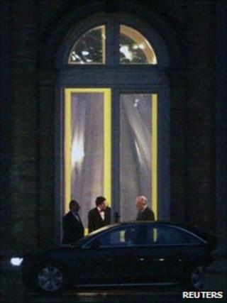 Belgian French-speaking Socialist Party President Elio Di Rupo (2nd L) talks to King Albert II (11 Jan 2011)