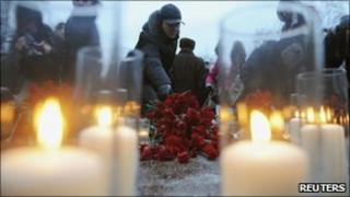 A man lays flowers to commemorate the victims of a bomb explosion at Moscow's Domodedovo airport (image from 27/1/2011)