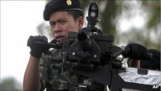 Thai soldier patrolling, 28 April 2011