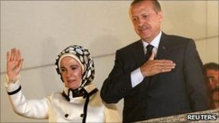 Turkish PM Recep Tayyip Erdogan and his wife greet supporters in Ankara (12 June 2011)