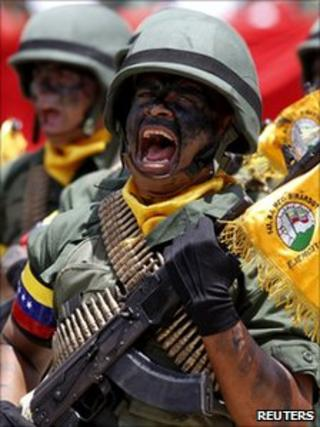 Venezuelan soldiers march during the 200th anniversary independence ceremony in Caracas (5 July 2011)