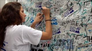 Woman writes message to Gilad Shalit