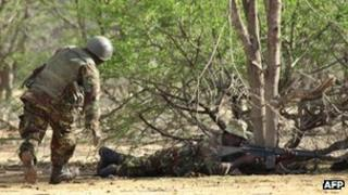 Kenyan soldiers advance near Liboi in Somalia, on 18 October 2011,