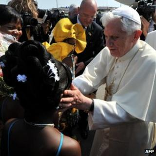 Crowds greet Pope Benedict at Cotonou airport. Photo: 18 November 2011