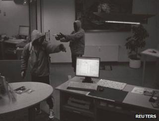 Suspected neo-Nazi gunmen hold up a bank in Arnstadt, Germany, on 11 September 2011 (CCTV image)
