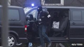Police convoy arrives with neo-Nazi suspect in Karlsruhe (29 Nov 2011)