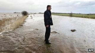 Dutch policeman observers flooding at Tolbert, Netherlands (5 Jan 2012)