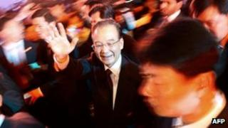 Wen Jiabao waves upon his arrival to attend the China-Arab Business conference in the Gulf emirate of Sharjah, 18 January 2012